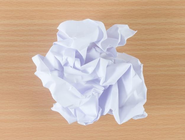 Verfrommeld papier bal op houten achtergrond