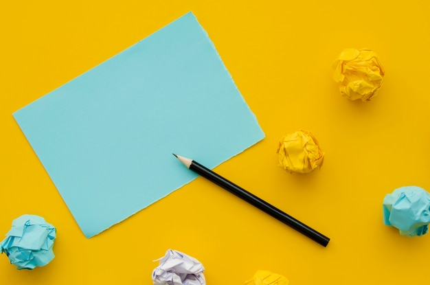 Verfrommeld papier en mock-up kopie ruimte met potlood