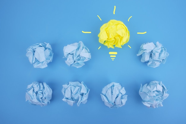 Verfrommeld papier in verschillende kleuren en een idee