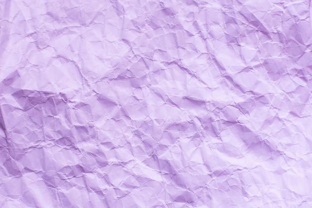 Verfrommeld roze ambachtelijk pakketpapier