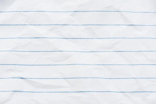 Verfrommeld vel wit papier in een liniaal achtergrond