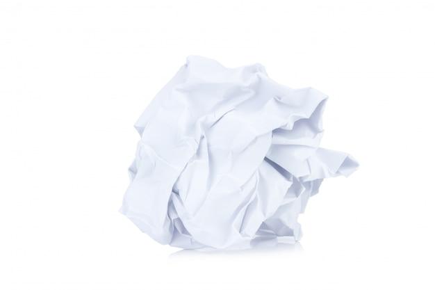 Verfrommelde document bal die op wit wordt geïsoleerd