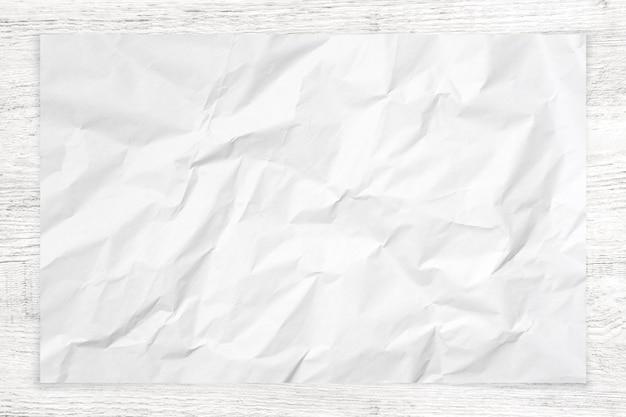 Verfrommelde document textuur op houten achtergrond.