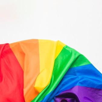 Verfrommelde lgbt-vlag op witte oppervlakte