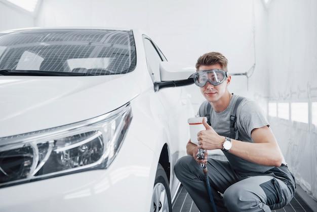 Verfspuit meester voor autolakken in de auto-industrie.