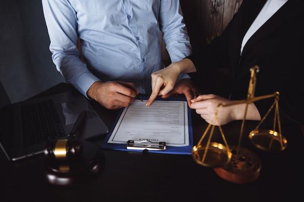 Vergadering in een kantoor, advocaten of advocaten die een document of contractovereenkomst bespreken.