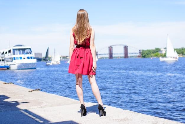 Vergadering kijken rust ontspannen prom stijl zee jacht luxe glamour meisjesachtig mensen persoon concept. achter achter achter fotoportret van mooie aantrekkelijke mooie fitte slanke dame die buiten poseert en geniet van een mooie dag