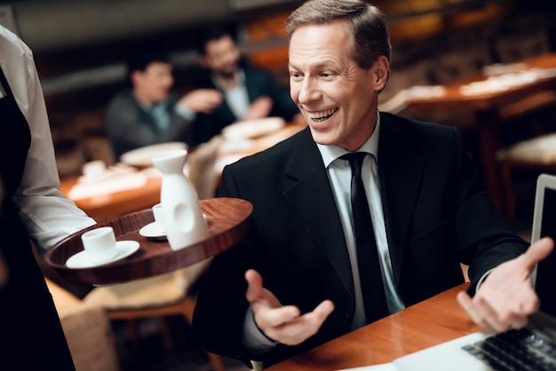 Vergadering met chinese zakenlieden in kostuums in restaurant.