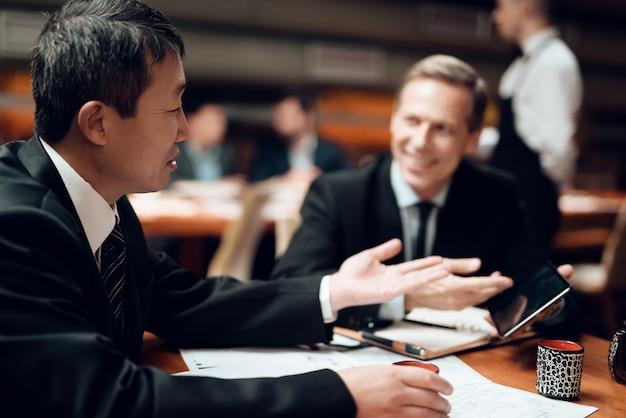Vergadering met chinese zakenlieden in restaurant.