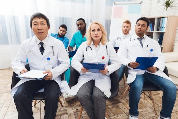 Vergadering van een ziekenhuisarts en discussie in de kliniek.