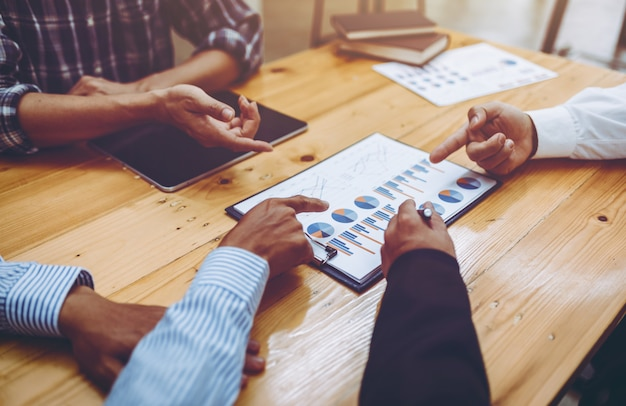 Vergadering van mensen uit het bedrijfsleven teamwerk projectplan in het kantoor, strategie bedrijfsconcept professioneel.