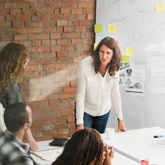 Vergaderingsbespreking het spreken het delen ideeënconcept