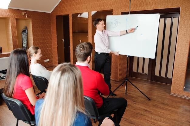 Vergaderingsgesprek talking sharing ideas office concept.