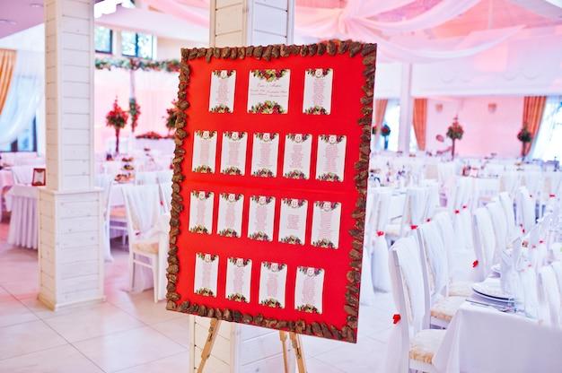 Vergaderplaat voor gasten op huwelijksceremonie