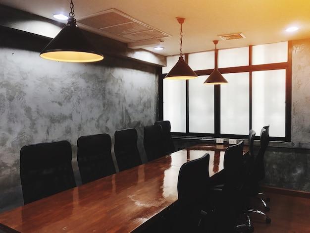 Vergaderruimte voor conferentie en presentatie. interieur in loftstijl.