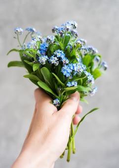 Vergeet me geen bloemen in de hand