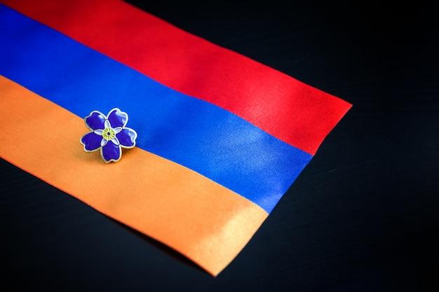 Vergeet-mij-niet-symbool van honderdjarig bestaan van armeense genocide in ottomaans rijk