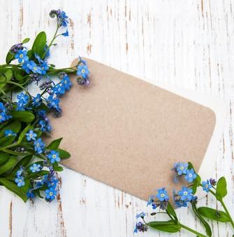 Vergeet-mij-nietjes bloemen met kaart