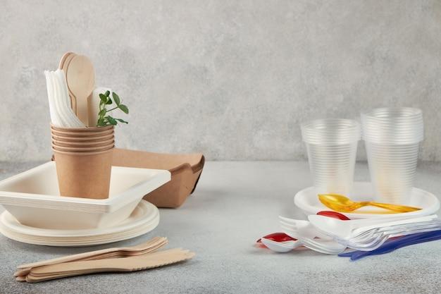 Vergelijking van biologisch afbreekbaar en plastic wegwerpservies.