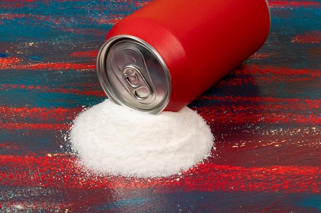 Vergelijking van de hoeveelheid suiker in een rood blikje frisdrank
