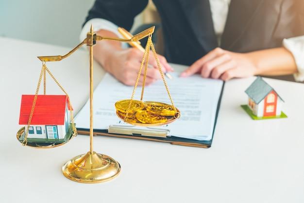 Vergelijking van huis en crypto bitcoin op gouden weegschaal