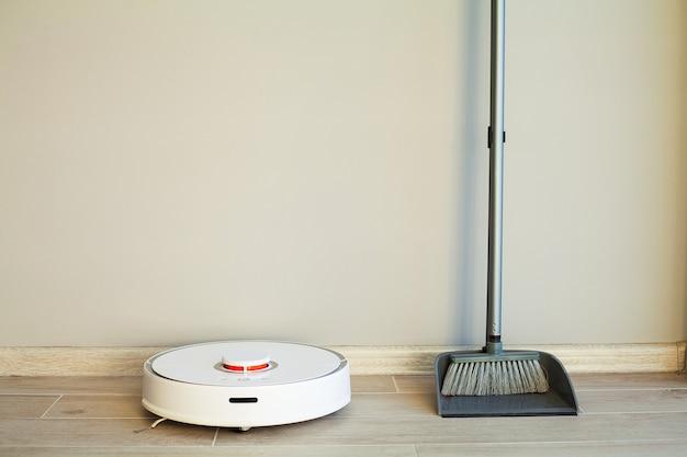 Vergelijking van robot cleaner en broom in bright room