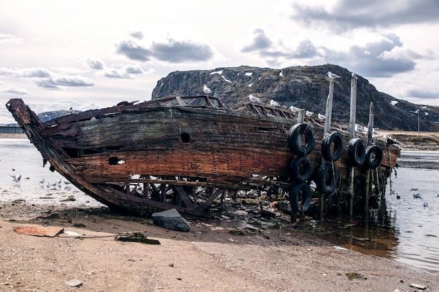 Vergeten oud schip op de kust