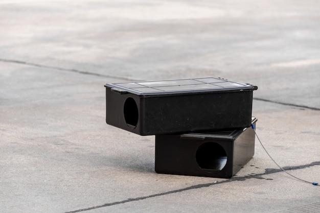 Vergif rattenval doos op de vloer. buiten gifrat station in fabriek.
