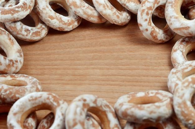 Verglaasde ongezuurde broodjes op houten lijst