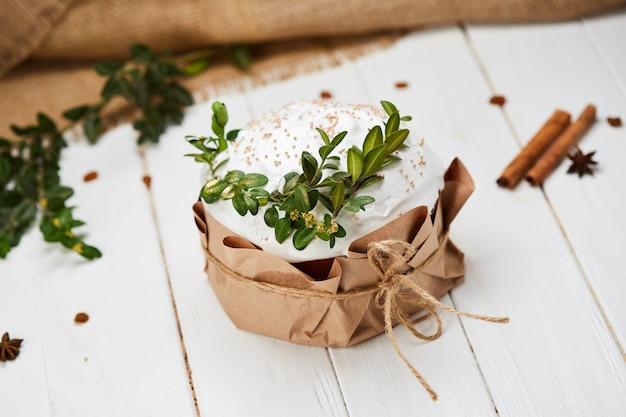 Verglaasde pasen-cake op witte houten achtergrond, traditionele kulich, paska klaar voor viering