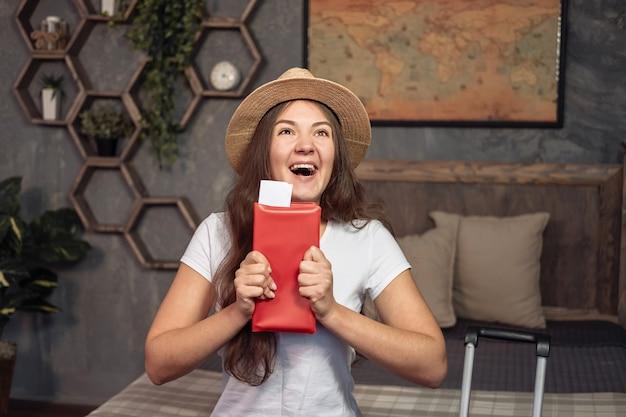 Vergoedingen voor vakantie, gelukkige yuong-vrouw heeft vliegtickets