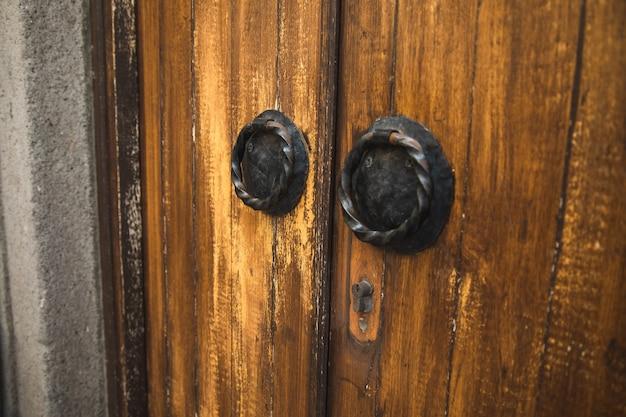 Vergrendel de oude houten kerkdeur