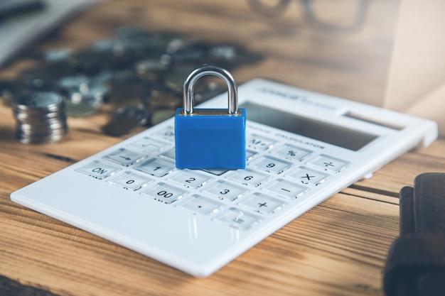 Vergrendel de rekenmachine naast de muntenregeling op de houten tafel
