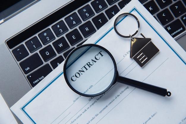 Vergrootglas, contract en huis. concept van huur, zoeken, onroerende goederen kopen