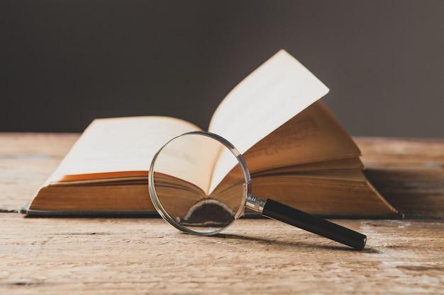 Vergrootglas en boek. concept studiemateriaal