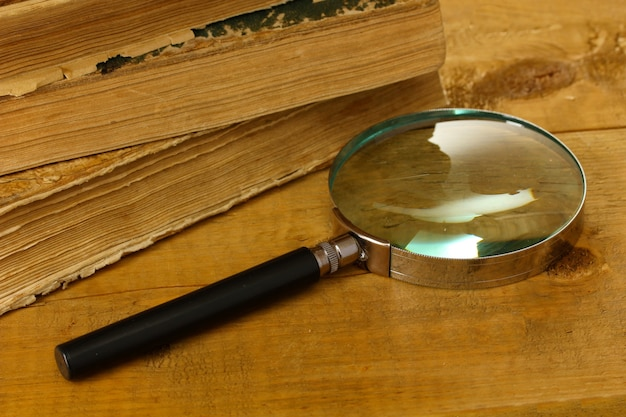 Vergrootglas en boeken op tafel