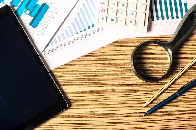 Vergrootglas en zakelijke groei grafiek
