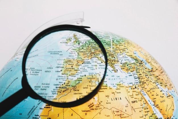 Vergrootglas in de buurt van de wereld