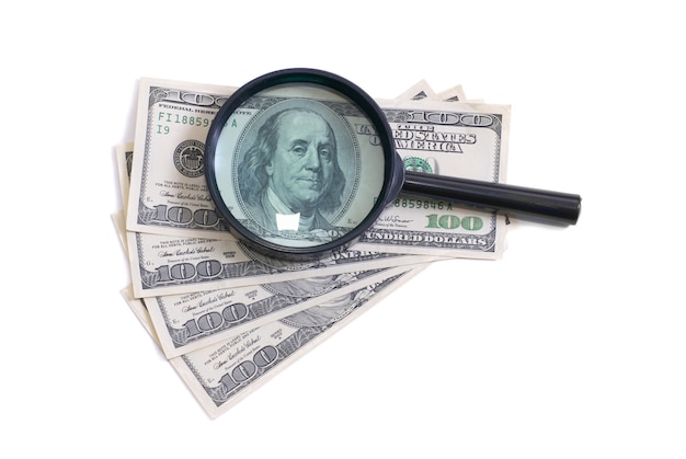 Vergrootglas met dollars geïsoleerd op een witte achtergrond