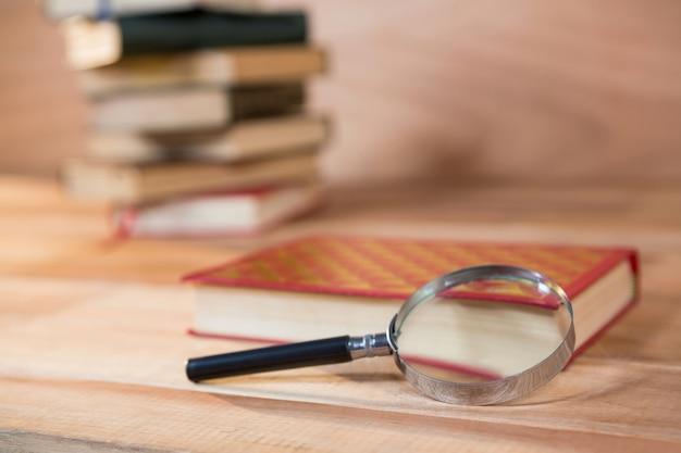 Vergrootglas met een boek op een tafel