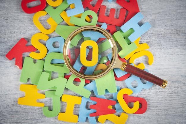Vergrootglas met een kleurrijke letters.