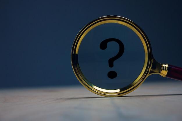Vergrootglas met vraagteken