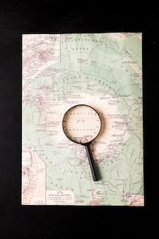 Vergrootglas op atlas