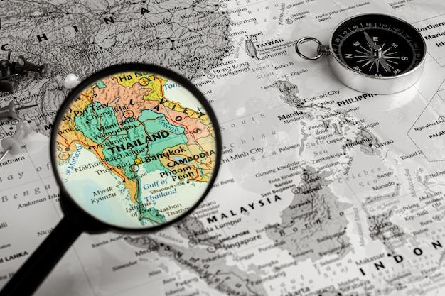 Vergrootglas op de kaart van thailand