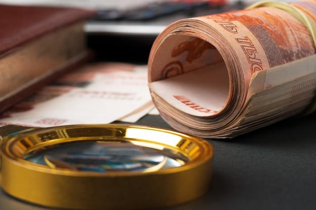 Vergrootglas op de russische valuta roebels