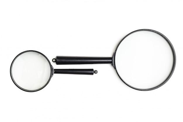 Vergrootglas op het wit wordt geïsoleerd dat