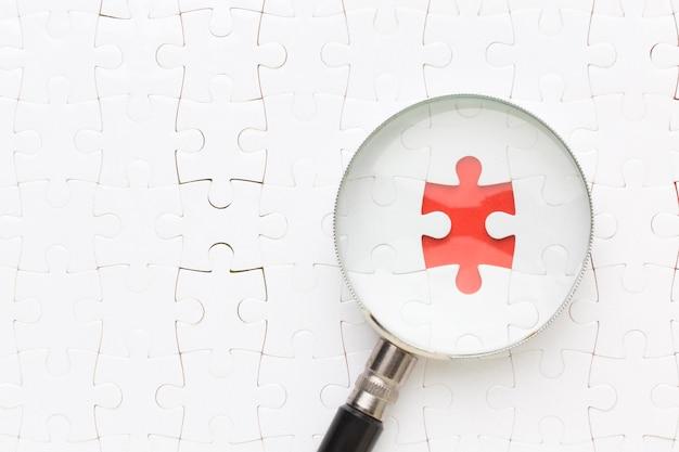 Vergrootglas op puzzelstukje ontbreekt
