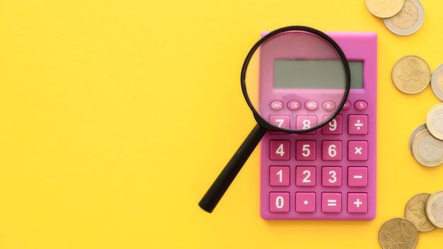 Vergrootglas op rekenmachine met kopie ruimte