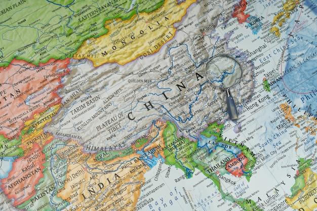 Vergrootglas op wuhan, china in een wereldwijde kaart