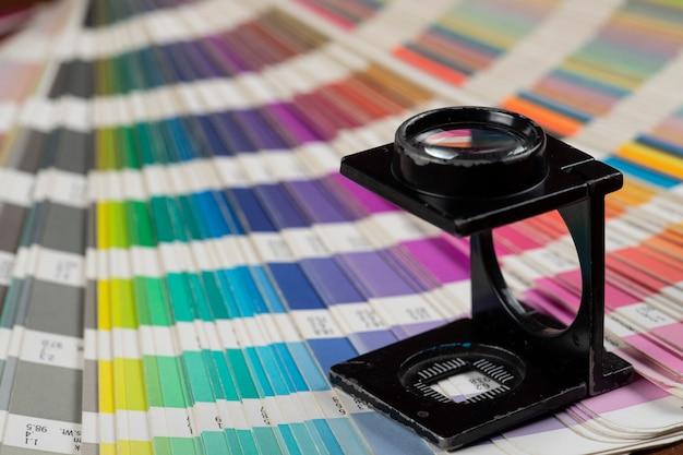Vergrootglas over een gedrukt kleurstaal